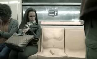 A Mexico (Mexique), un pénis a été moulé sur un siège de métro dans le cadre d'une campagne de sensibilisation au harcèlement sexuel dans les transports.