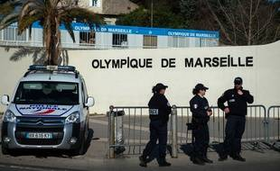 Des policiers stationnés devant le centre d'entrainement de l'OM.