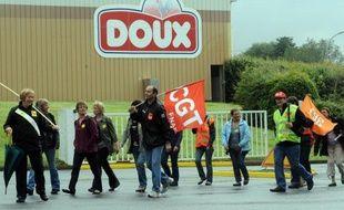 Le tribunal de commerce de Quimper a entamé vendredi l'examen des offres de reprise du groupe volailler Doux, notamment celle du consortium Sofiprotéol, face au plan de continuation de l'actuel PDG Charles Doux, avec entrée majoritaire au capital de la banque Barclays.