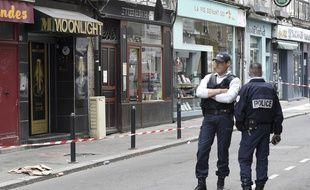 Des policiers devant le bar à chicha de la rue Maréchal-Joffre, à Nantes, où un employé a été tué par arme à feu.