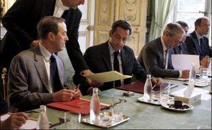 """Nicolas Sarkozy et les ministres concernés par le secteur de l'économie ont examiné lundi matin, lors d'une réunion à l'Elysée, """"les moyens de doper l'investissement"""", a indiqué à la presse le porte-parole de la présidence David Martinon."""