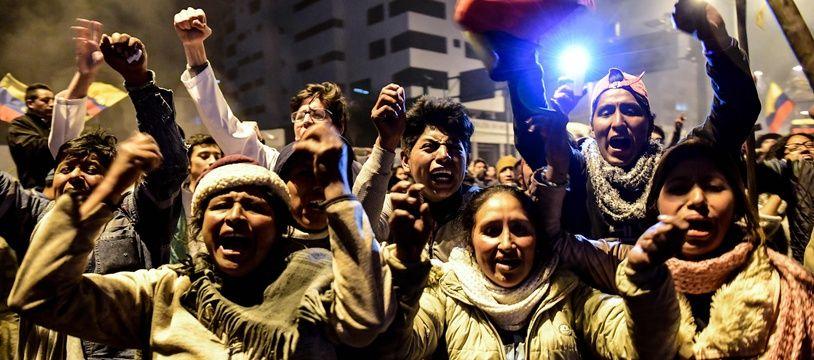 Des personnes indigènes célèbrent la fin de la crise, après qu'un accord a été trouvé entre le pouvoir et le mouvement indigène le 13 octobre 2019 à Quito.