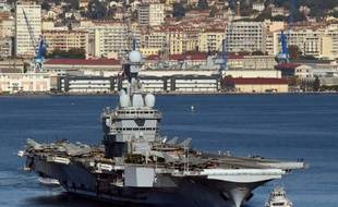 Le porte-avions français Charles-de-Gaulle quitte le port de Toulon, le 18 novembre 2015