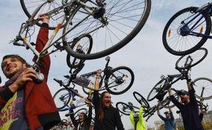Un millier de Roumains, des jeunes pour la plupart, ont sillonné samedi les rues de Bucarest à vélo pour demander à la mairie de mettre en place des voies réservées aux bicyclettes, soulignant que ce moyen de transport écologique réduirait la pollution qui asphyxie la ville.