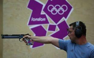 Franck Dumoulin, champion olympique à Sydney-2000, a manqué samedi la finale du tir au pistolet à 10 m des JO de Londres, comme à Athènes-2004 et Pékin-2008, terminant 18e des qualifications remportées par le Sud-coréen Jongoh Jin devant le Chinois Wei Pang