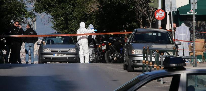 La police athénienne boucle le quartier autour d'une église devant laquelle s'est produit une explosion le 27 décembre 2018, en Grèce.