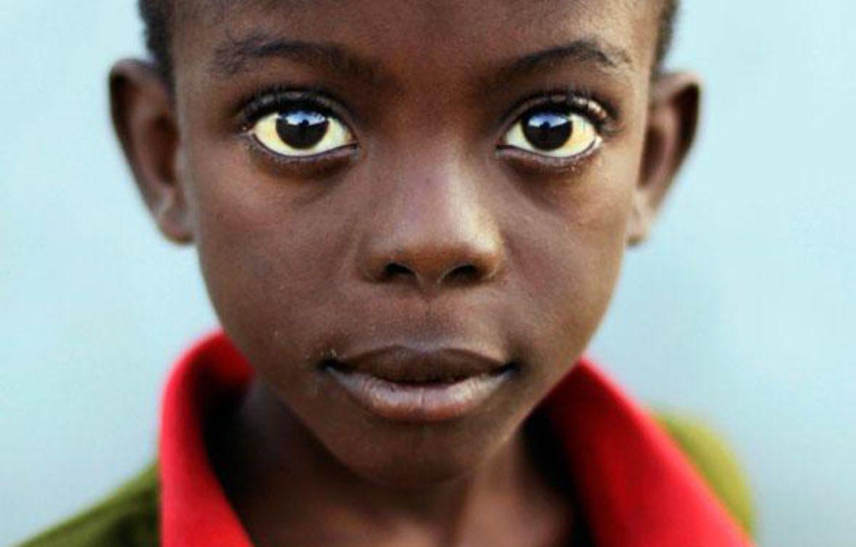 Un enfant fixe l'appareil photo à Port-au-Prince, en Haïti, le 24 janvier 2010. – Tomas Bravo / Reuters