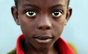 Un enfant fixe l'appareil photo à Port-au-Prince, en Haïti, le 24 janvier 2010.