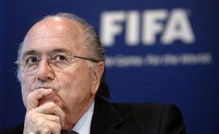La Fifa a commencé à examiner lundi les accusations de corruption touchant certains de ses membres ainsi que les soupçons de collusions entre pays candidats à l'organisation du Mondial-2018 et 2022, a indiqué un porte-parole de l'organisation.