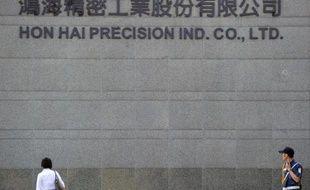 Un passant devant les locaux de Hon Hai Precision, maison mère de Foxconn, à Taipei, le 8 juin 2011