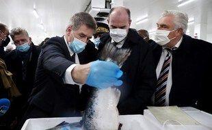 Le premier ministre  Jean Castex, avec le maire de Boulogne-sur-Mer, Frédéric Cuvillier (à droite), et des représentants du port, lors d'une visite consacrée au Brexit, le 3 décembre 2020.