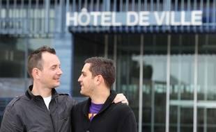 Vincent Autin (à gauche) et Bruno Boileau devant l'hôtel de ville de Montpellier, où leur mariage -le premier entre deux personnes du même sexe en France- a été célébré le 29 mai 2013.