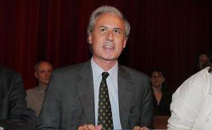 La confrontation entre le député-maire (UMP) de Draveil (Essonne) Georges Tron et l'une des deux anciennes employées municipales qui l'accusent de viols, a débuté jeudi matin dans le cabinet du juge d'instruction à Evry.