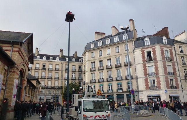 L'artiste Abraham Poincheval a rejoint sa cabane ce dimanche après-midi dans le centre ville de Rennes.