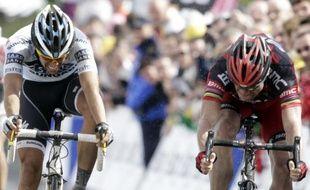 Cadel Evans, à droite vainqueur de la quatrième étape du Tour de France devant Alberto Contador, le 5 juillet 2011, au Mûr de Bretagne.