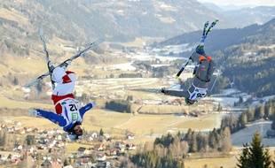 Perrine Laffont (à gauche) lors des championnats du monde senior de ski de bosses (épreuve en duel) à Kreischberg, en Autriche, le 19 janvier 2015.