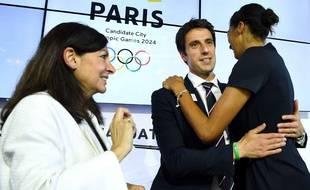 Tony Estanguet dans les bras d'Emmeline Ndongue, sous les yeux d'Anne Hidalgo, à la fin de la visite du CIO sur la candidature de Paris pour les JO 2024.
