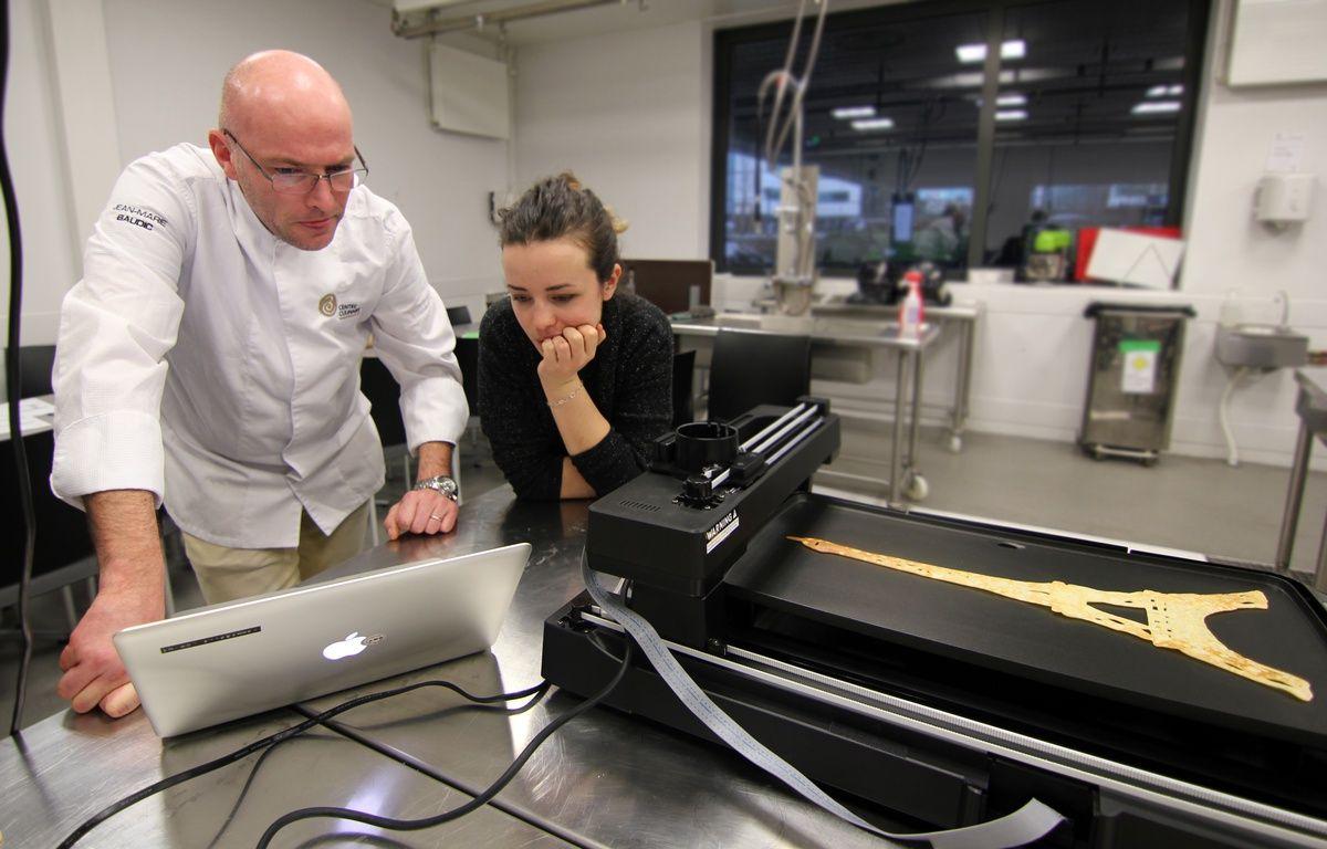 Le chef Jean-Marie Baudic et la designer Lorine Hennebelle travaillent ensemble sur l'impression de crêpes design à l'aide d'une imprimante 3D alimentaire. – C. Allain / APEI / 20 Minutes