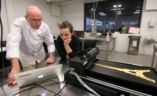 Le chef Jean-Marie Baudic et la designer Lorine Hennebelle travaillent ensemble sur l'impression de crêpes design à l'aide d'une imprimante 3D alimentaire.