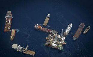 Des navires de réparation entourent la plate-forme pétrolière de BP Deepwater Horizon le 29 mai 2010 dans le Golfe du Mexique.