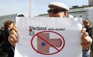 Plusieurs centaines de manifestants en majorité juifs mais aussi musulmans et chrétiens se sont rassemblés dimanche à Berlin pour protester contre une décision judiciaire rendant le rite religieux de la circoncision passible de poursuites pénales.