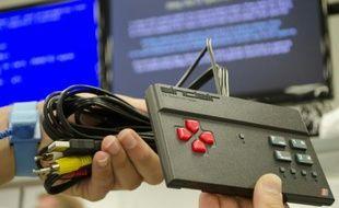 Un technicien présente un exemplaire de la console de jeux vidéos ZX Spectrum de nouveau fabriquée dans une usine de Nottigham, au Royaume-Uni, le 4 août 2015