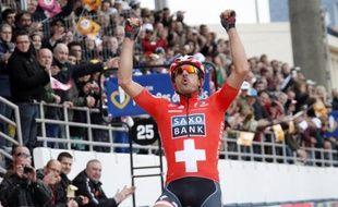 Le coureur suisse de l'équipe Saxo Bank, Fabian Cancellara, lors de sa victoire dans Paris-Roubaix, le 11 avril 2010.