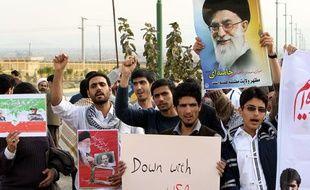 Des étudiants iraniens manifestent pour soutenir le programme nucléaire iranien et protester contre les mises en garde américaines et israéliennes, le 15 novembre 2011 à Isfahan (Iran).