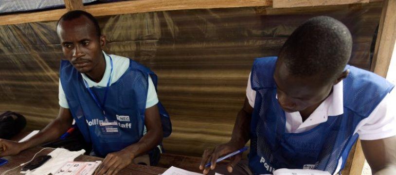 Deux membres de la commission électorale surveillent le bon déroulement du vote à Monrovia le 26 décembre 2017.