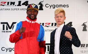 Floyd Mayweather et le Japonais Tenshin Nasukawa lors d'une conférence de presse à Tokyo, le 5 novembre 2018.