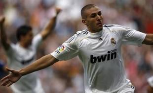 Karim Benzema peut faire l'avion après son doublé contre Tenerife, le 26 septembre 2009 à Madrid