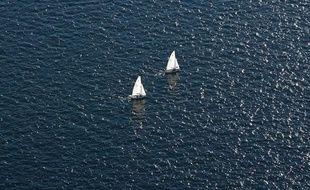 Des voiliers sur l'océan.