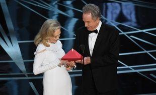 Faye Dunaway et Warren Beatty découvrent le carton glissé par erreur dans l'enveloppe.