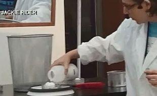 Capture d'écran d'une vidéo sur laquelle une scientifique tente de recréer une tornade. Mais cela finit en explosion.