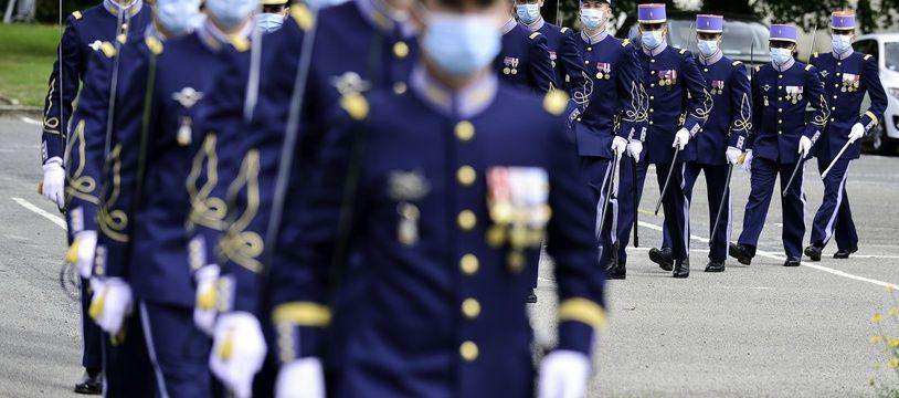Des élèves de l'école militaire de Saint-Cyr Coëtquidan (Morbihan) défilent en octobre 2020.