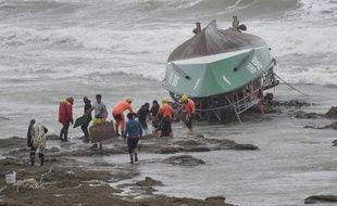 Des sauveteurs s'affairent autour de la vedette de la SNSM échouée sur la rive des Sables-d'Olonne le 7 juin 2019.