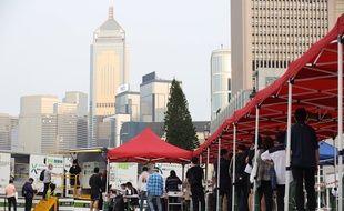 Des habitants attendent de se faire tester à Hong Kong, le 12 mars 2021.