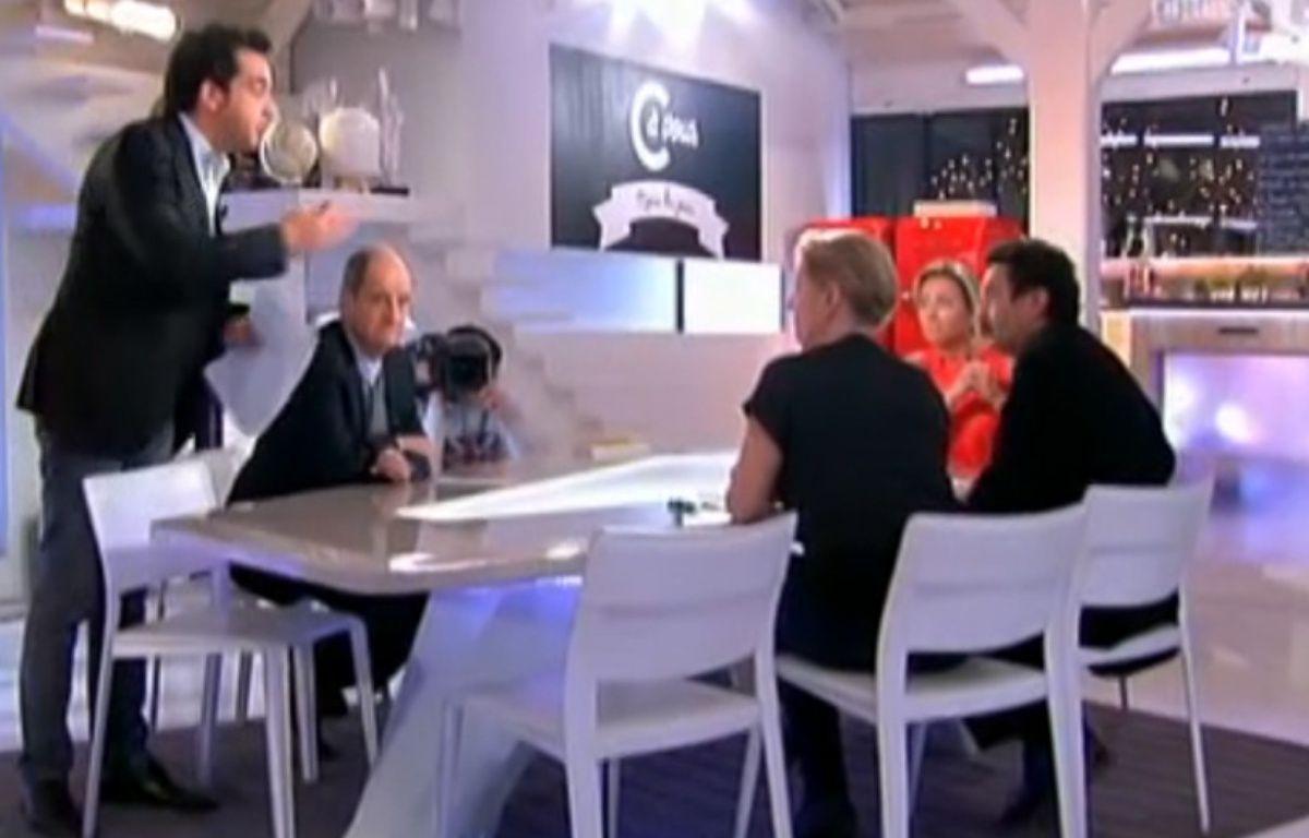 Patrick Cohen et Edwy Plenel se sont disputés sur le plateau de «C à vous», le 6 janvier 2014. – CAPTURE ECRAN FRANCE 5