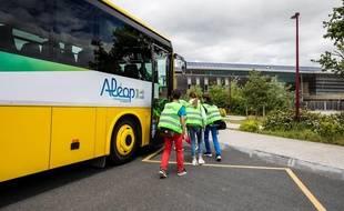 Des élèves entrant dans un car du réseau Aléop en Pays-de-la-Loire