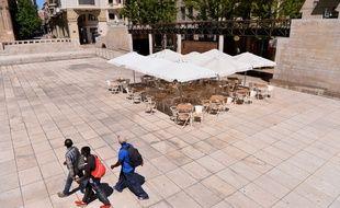 Un restaurant et une rue quasi déserts après le reconfinement dans la ville catalane de Lerida, en Espagne.