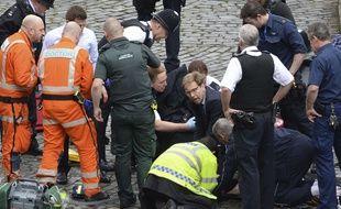 Le parlementaire Tobias Ellwood aux côté du policier blessé, le 22 mars 2017 à Londres.