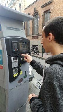 Valentin Décarpentrie prend son ticket de stationnement.