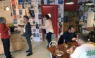 Au restaurant La Grenouille à grande bouche, des bénévoles viennent donner un coup de main en cuisine ou en salle.