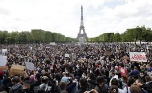 Des milliers de personnes se sont rassemblées à Paris pour dénoncer les violences policières et le racisme, en écho au meurtre de George Floyd aux États-Unis.