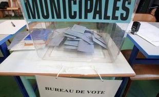 Des bulletins de vote dans une urne lors des élections municipales le 9 mars 2008 à Strasbourg