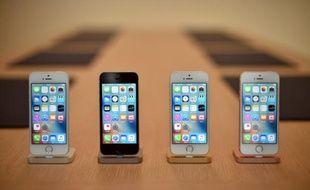 Des IPhone lors d'une présentation au siège d'Apple à Cupertino, en Californie, le 21 mars 2016
