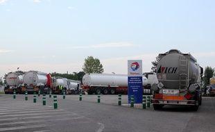 Des camions-citernes se ravitaillent au dépôt pétrolier Total de Vern-sur-Seiche, près de Rennes, le 25 mai 2016.