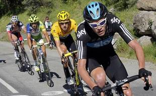 Le Britannique Chriostopher Froome (en tête) devant Bradley Wiggins, lors de la 11e étape du tour de France sur la route de La Toussuire, le 12 juillet 2012.