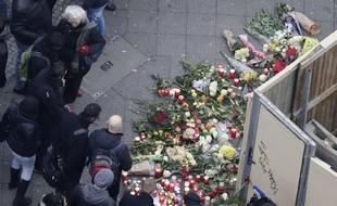 Des fleurs déposées au marché de Noël à Berlin au lendemain de l'attentat qui a fait 12 morts et 48 blessés, le 20 décembre 2016