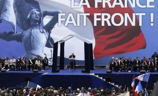 Marine Le Pen s'adresse aux sympathisants du FN le 1er mai 2015 place de l'Opéra à Paris